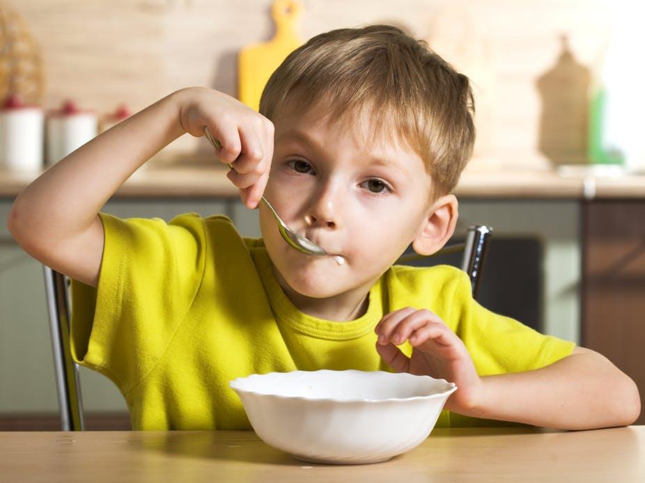 Мальчик ест кашу картинка